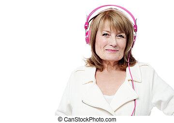אישה בכירה, מוסיקה מקשיבה
