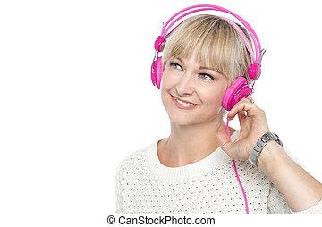אישה, מוסיקה מקשיבה, מאוד יפה