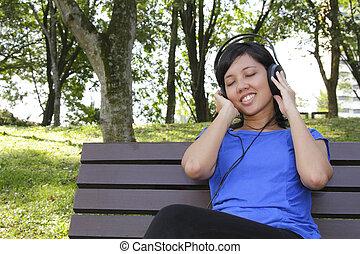 אישה, מוסיקה מקשיבה