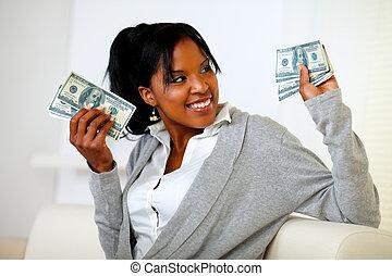אישה מחזיקה, כסף, צעיר, מקסים, הרבה, פדה