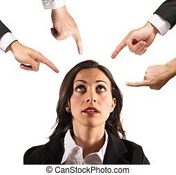 אישת עסקים, האשם, unfairly