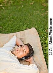 איש, מוסיקה מקשיבה, צעיר