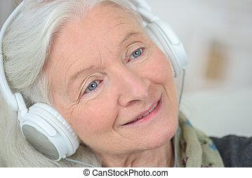 גברת ישנה, ידידותי, להקשיב, מוסיקה
