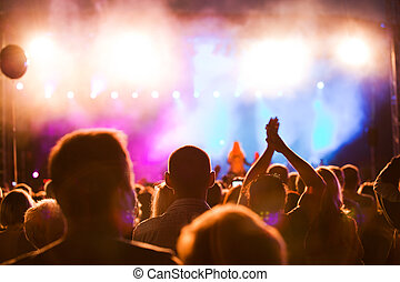 הופעה של מוסיקה, אנשים