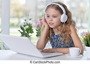 חמוד, ילדה, מוסיקה מקשיבה