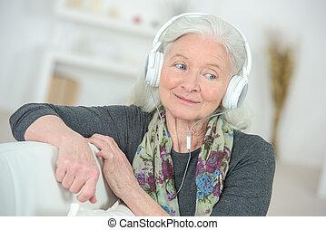 להנות, אזניות, גברת, להקשיב, מזדקן