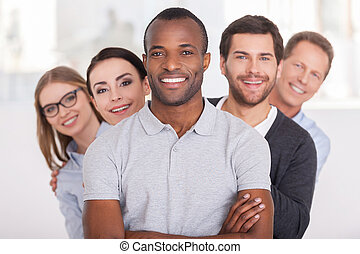 לעמוד, להסתכל, להחזיק, team., קבץ, אנשים של עסק, ידיים, צעיר, שמח, בטוח, אחרי, מצלמה, בזמן, אפריקני, עבור, לחייך איש, אותו, שיט
