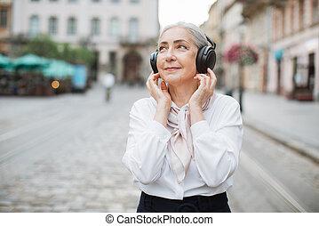 מוסיקה, רחוב, אזניות, בוגר, להקשיב, אלחוטי, גברת