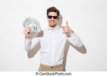 משקפי שמש, חולצה, להצביע, לשמח, קיר, כסף, מעל, דולר, הפרד, הרבה, פדה, אצבע, עשיר, לבן, איש, צל, שמח