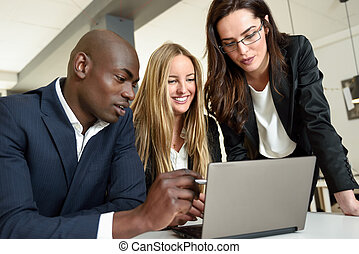 קבץ, משרד., מודרני, אנשי עסק, שלושה, מולטיאתני, פגישה