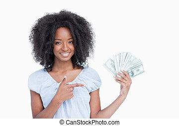 שיער מתולתל, שלה, דולר, רואה, אצבע, לחייך, לבה, אישה מצביעה, צעיר