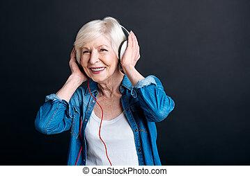 שמח, הזדקן, אישה, מוסיקה מקשיבה